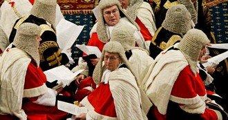 Заседание палаты лордов: лорды одеты в мантии и парики