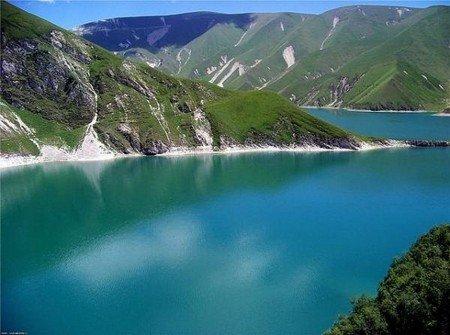 Ярко-бирюзовая вода озера Казиной–Ам