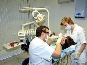 Врач-стоматолог за работой