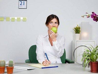 В качестве перекусов на работе стоит отдать свой выбор яблокам, кашам и т.д.
