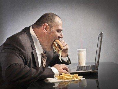 Ни в коем случае не прибегайте к вредным перекусам фастфудом на работе
