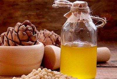 Масло кедра используется в уходе за жирными волосами