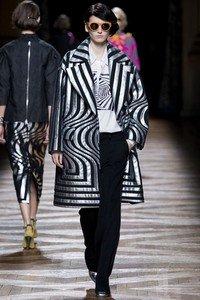 Пальто из коллекции Dries Van Noten, вдохновение на создание которого почерпнуто из работ художницы Бриджет Райли