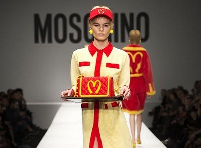 Сумка из коллекции Moschino в стиле фаст-фуда McDonald's