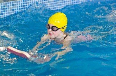 Лучше всего начинать учиться плавать в бассейне с профессиональными инструкторами