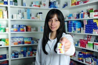 По какой причине люди чаще обращаются за помощь к фармацевту, а не к врачу?