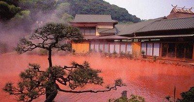 «Кровавый» водоем в японском городе Беллу