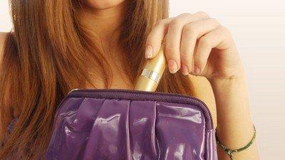 Какие косметические средства хранить в женской косметичке?