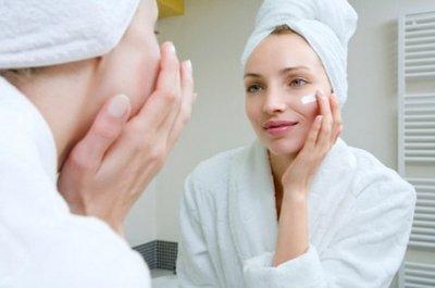 Нанесение ночного крема на лицо