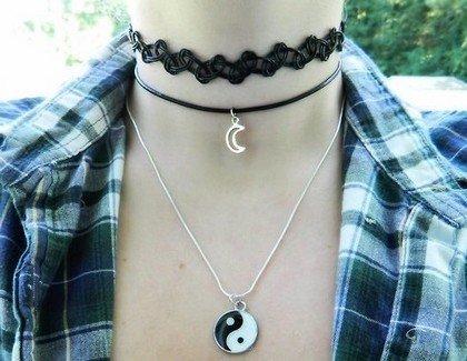 Чокер - плотно прилегающее к шее ожерелье