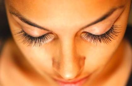 Уход за ресницами и их роль в привлекательности женщины