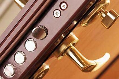 Дверные замки: запирающие и фиксирующе-запирающие