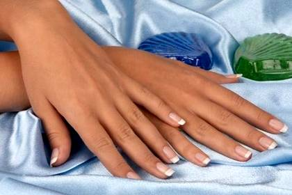 Красивые белые кончики ногтей